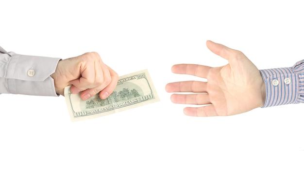 사람의 손은 다른 사람들에게 달러 지폐를줍니다.