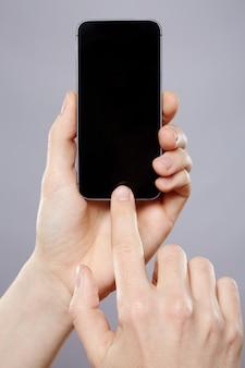 남자의 손을 잡고 휴대 전화 벽, 가까이, 비즈니스 개념, 모의, 모바일 앱.
