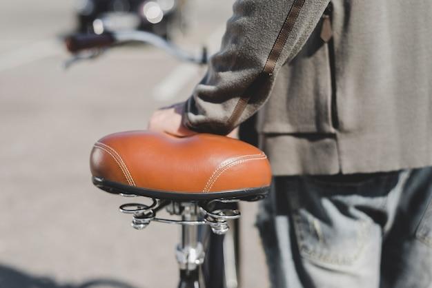 자전거 좌석에 남자의 손