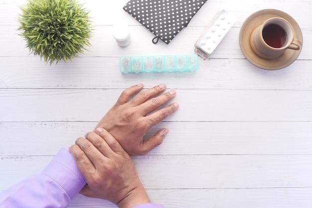 손목 통증 하향식 고통 테이블에 남자의 손