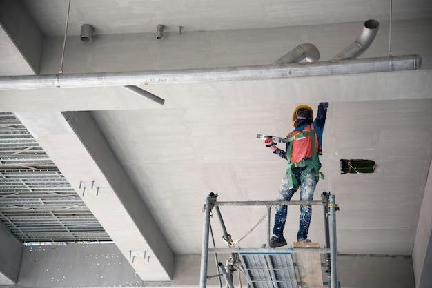 人の手は、はしごで壁を漆喰。建設労働者。石工ツール。建設