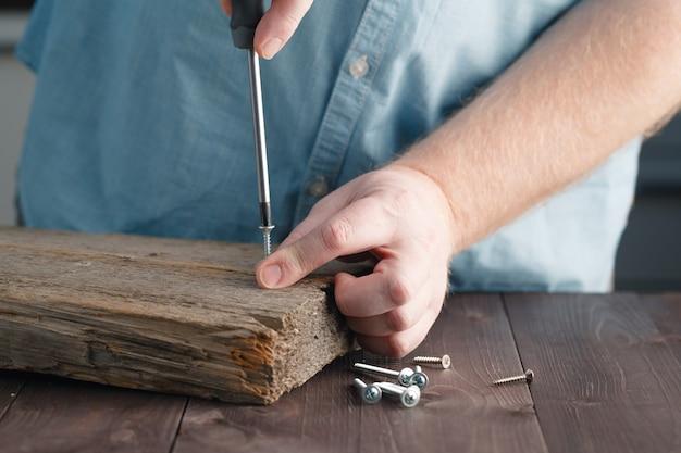 Рука мертвеца с помощью отвертки сборка деревянной доски