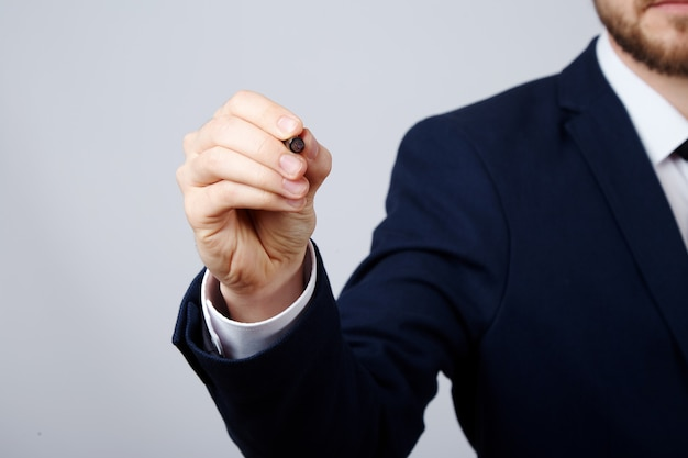 흰색 셔츠와 양복 벽을 입고 남자의 손을 가까이, 비즈니스 개념, 펜을 들고.