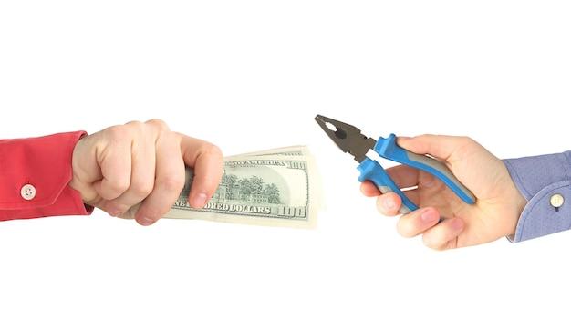 쓰기에 대 한 지불을 뻗은 달러 지폐와 남자의 손. 비즈니스 및 금융.