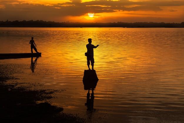 湖の上の男のシルエット