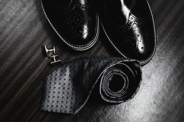 男のスタイル。メンズアクセサリー。ネクタイと袖口付きの靴