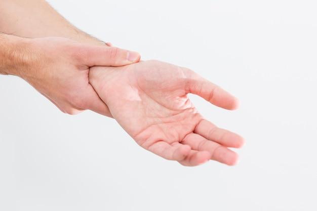 남자의 손목이 아파요. 손상된 여성의 손이 아프다. 손은 일, 스포츠 부상으로 고통받습니다. 아픈 부분은 빨간색으로 강조 표시됩니다. 격리 된 흰색 배경입니다.