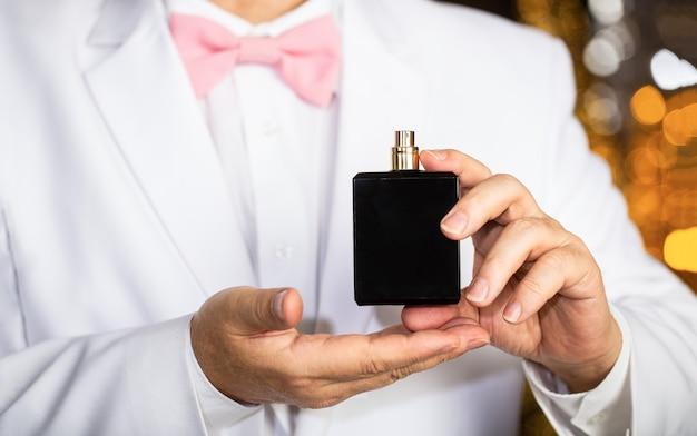 男の香りの香水。香水またはケルンのボトル。ファッションケルンボトル。金持ちは高価な香りを好みます。香りのにおい。男性の香り、香水、化粧品。においの香水。高価なスーツ。
