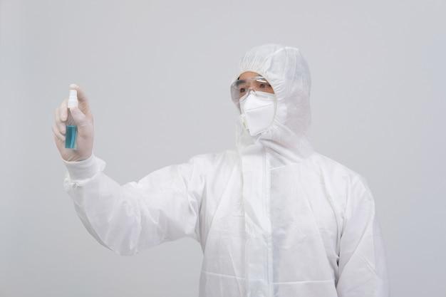 Человек-ученый в биологической защитной форме, костюм, маска, перчатки с дезинфицирующим средством для рук для дезинфекции вирусных бактерий
