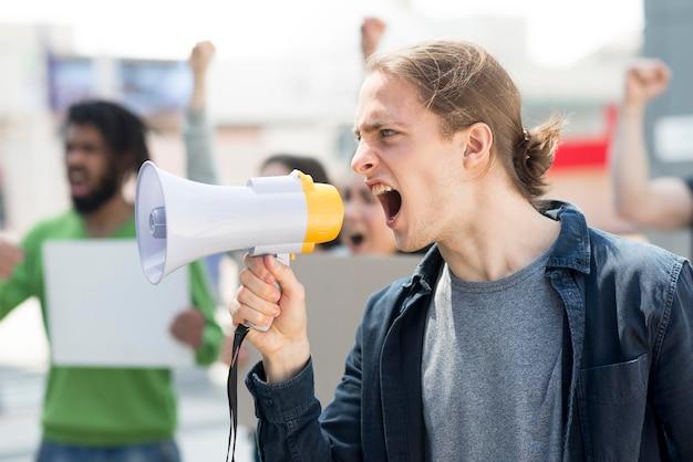 メガホンで叫んでいる男性