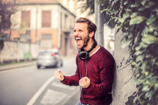 Человек кричит на улице