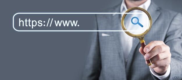 男はhttpsアドレスを検索します。インターネット検索の概念