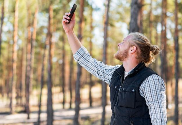 携帯電話の信号を探している男
