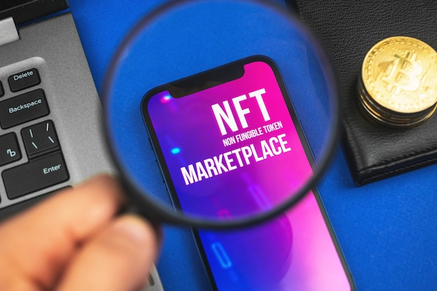 Nftクリプトアートマーケットプレイス、代替不可能なトークン、暗号通貨、ブロックチェーンテクノロジーの背景写真を使ったアートの未来を探している男