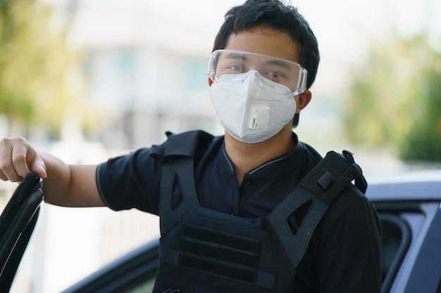 フェイスマスクを身に着けている男の警備員