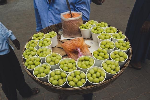 インドの通りで食べ物を売っている男