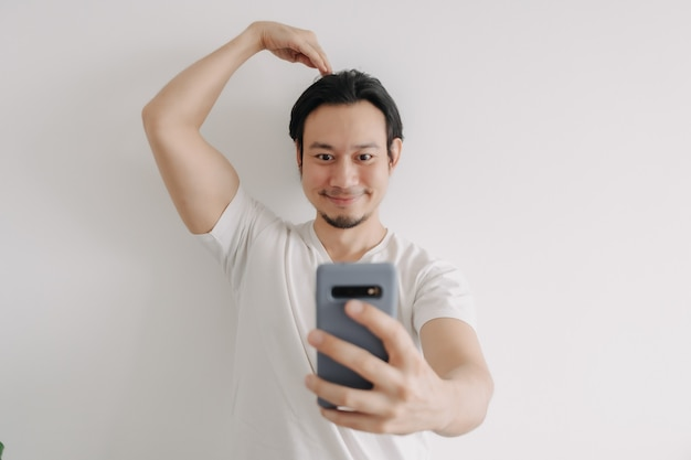 Man send love sign to girlfriend online in the smartphone application