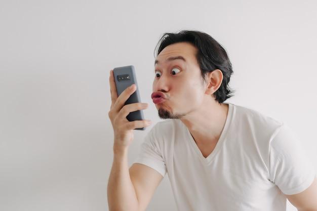 男はスマートフォンアプリケーションでガールフレンドにオンラインで愛のサインを送信します