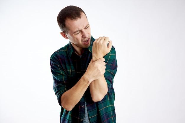 男性の腕、肘、手に激しい痛み、体調不良、病気、腕の骨折