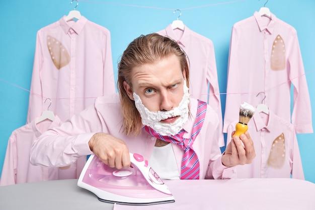 남자 면도 드레스 바쁘다 다림질 복장 입기 가전 제품 사용 규칙적인 아침 루틴 수행 공식적인 회의 준비 완벽한 외모를 원함