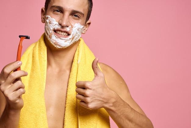 男はかみそりで口ひげを剃る