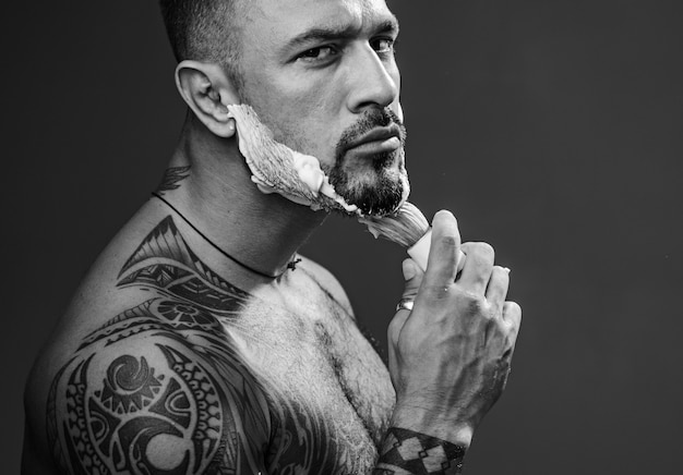 コピースペースで彼のひげを剃る男