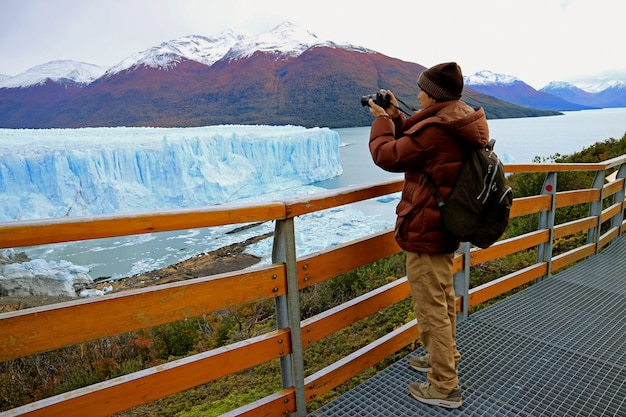 Man shooting photos of perito moreno glacier in los glaciares national park, el calafate, patagonia, argentina
