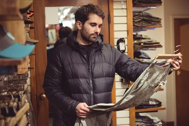 Uomo che compera in un negozio di abbigliamento