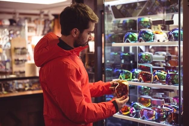 ゴーグルショップで買い物をする男性