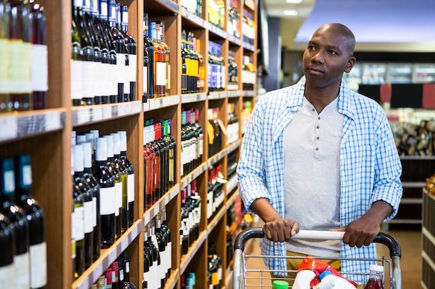 Мужчина за покупками в продуктовом отделе