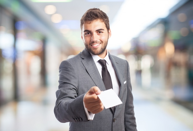 L'uomo in un centro commerciale con un documento