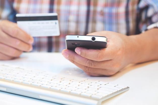 Человек, совершающий покупки в интернете, и оплачивает кредитную карту