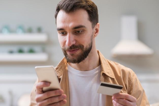 그의 스마트 폰을 사용하여 온라인 쇼핑 남자