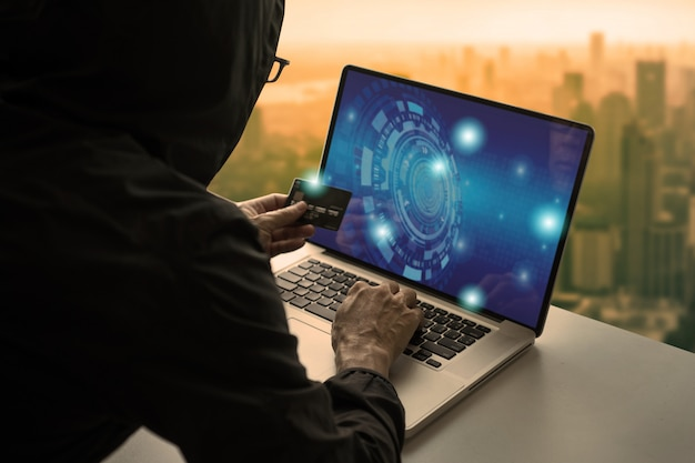 Человек, делая покупки онлайн через ноутбук и оплатить с помощью кредитной карты