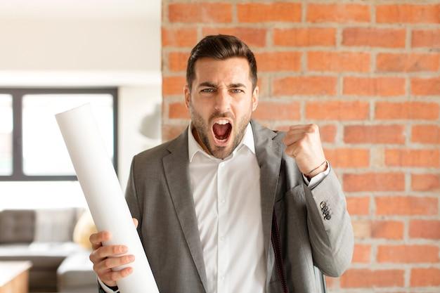 성난 표정으로 공격적으로 외치는 남자 또는 성공을 축하하는 주먹을 쥐고있는 남자