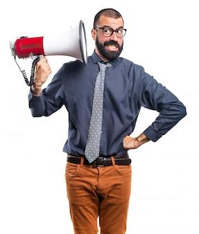Человек, кричащий по мегафону