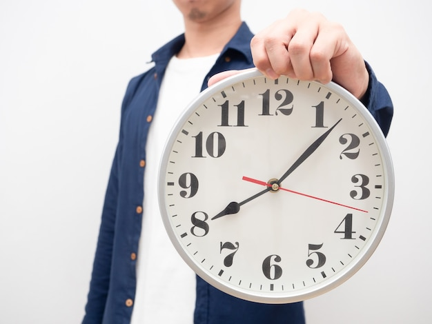 Человек показывает аналоговые часы в руке кадрирование поздно концепция