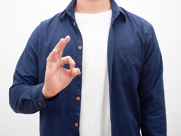Человек показывает руку нормально кадрирование на белом фоне