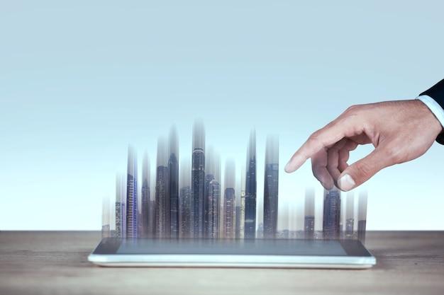 Человек показывает планшет с голографическими зданиями