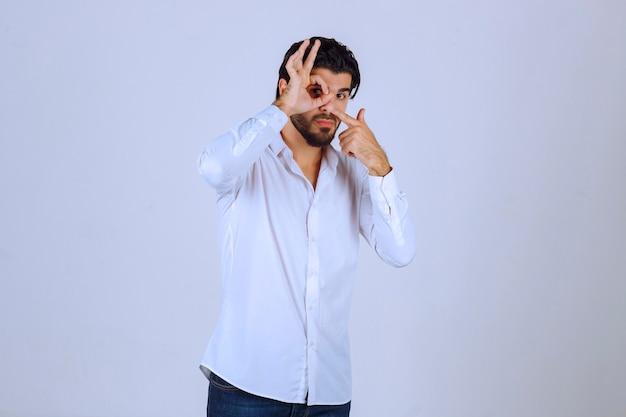 즐거움을 의미하는 동그라미 손 기호를 보여주는 남자.