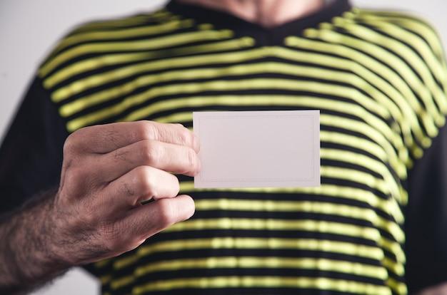 Человек показывает пустую визитную карточку.