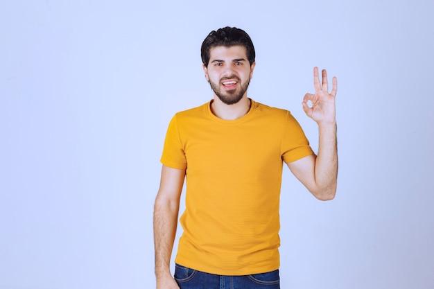 Человек показывает удовольствие и хорошо знаком рукой.