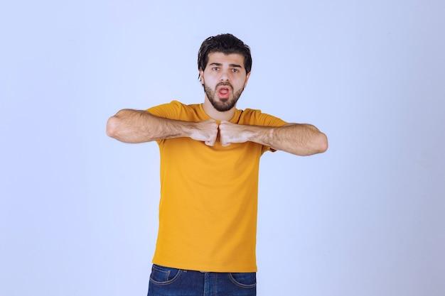 L'uomo mostra i muscoli delle braccia e si sente potente