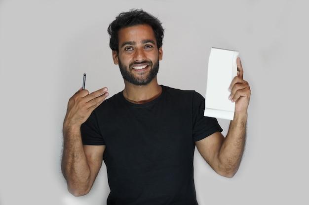 Человек показывает свою банковскую чековую книжку - концепция финансов и денег