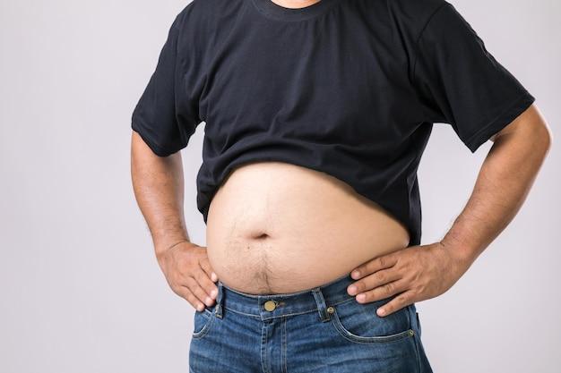 Мужчина показывает свой большой живот