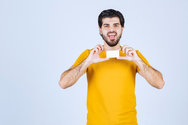 名刺を見せて自信を持って自分を表現する男。