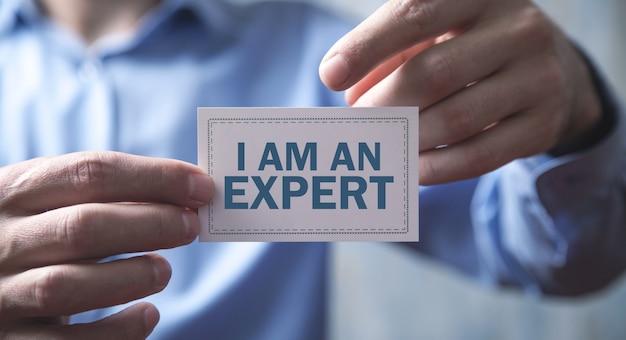 나는 명함에 전문가 메시지를 표시하는 남자.