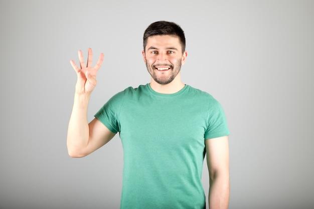 Человек показывает номер пальцами