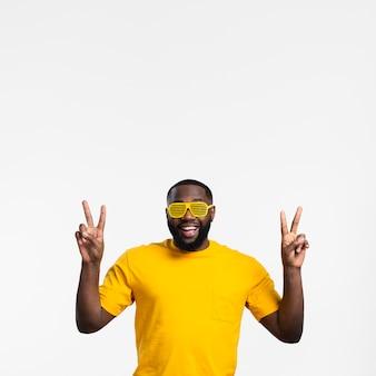 Uomo che mostra il segno di pace