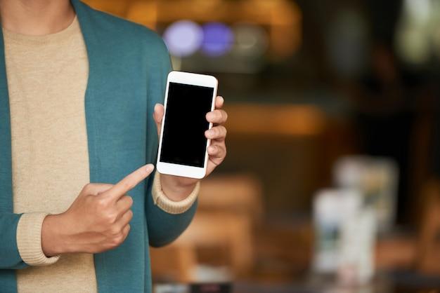 Человек показывает смартфон